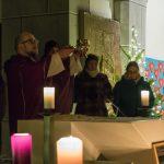 Während der Doxologie am Ende des Eucharistischen Hochgebetes (© Herr Mag. Bernhard Wagner).