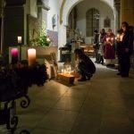 ... stecken ihre brennende Kerze mit dem Bethlehemlicht ... (© Herr Mag. Bernhard Wagner)