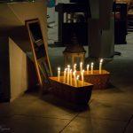Sandschalen mit den brennenden Kerzen und Spiegel (© Herr Mag. Bernhard Wagner).