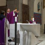 ... und später bei der Doxologie am Ende des Eucharistischen Hochgebetes (© Herr Mag. Bernhard Wagner).