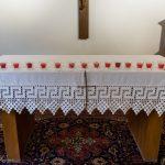 ... und in dessen Verlauf wurde bei jeder Station eines der am Altar der Hauskapelle befindlichen Lichter entzündet (© Herr Mag. Bernhard Wagner).