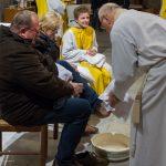 ... und wenig später, in die  Verkündigung der Frohen Botschaft eingebettet, die Fußwaschung ... (© Herr Mag. Bernhard Wagner)
