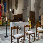 Hier liegt die Bildaussage im Vordergrund bei den drei Sesseln mit den Tüchern für die symbolische Fußwaschung im Rahmen der Liturgie (© Herr Mag. Bernhard Wagner).