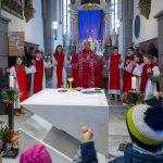 ... sowie allen weiteren Anwesenden beim Gebet des Herrn, dem Vaterunser, im Besonderen mit Kindern und Jugendlichen um den Volksaltar versammelt (© Herr Mag. Bernhard Wagner).