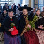 Die Damen und Herren der Brauchtumsgruppe, in Händen ihre selbst gebundenen Palmbesen (© Herr Mag. Bernhard Wagner).