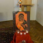 Vladimir-Ikone der Jungfrau Maria mit Kind aus Taizé, dazu die Osterkerze 2018, Lichter und Blumenschmuck. Im Hintergrund der neue Tabernakel (© Herr Mag. Bernhard Wagner).