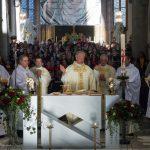 ... neben ihm die beiden Diakone und Priester (© Herr Mag. Bernhard Wagner).