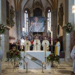 ... sowie dem übrigen Klerus, den Ministranten und allen weiteren Anwesenden beim Eröffnungsgesang (© Herr Mag. Bernhard Wagner).