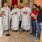 Die Priester südlich des Volksaltars, unter ihnen Dechant Mag. Engelbert Hofer (zweiter von links) (© Herr Gerhard Pulsinger).