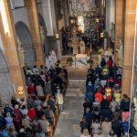 Blick von der Orgelempore zu den zahlreichen Versammelten ... (© Herr Gerhard Pulsinger)