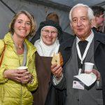 Frau Dr. Iris Strasser gemeinsam mit der Oberin vom Karmelitterkloster Himmelau und Bischofsvikar Pater Antonio Sagardoy OCD (© Herr Gerhard Pulsinger).