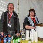 """""""Gottes Bodenpersonal"""", hier Pfarrsekretärin Frau Claudia Cufer mit Herrn Schleinzer bei der Kaffee- und Getränkeausgabe (© Herr Gerhard Pulsinger)."""