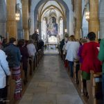 Blick durch den Mittelgang der Kirche hinauf zu Volksaltar und Hochaltar (© Herr Mag. Bernhard Wagner).