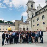 Gruppenfoto vor dem Salzburger Dom ... (© Herr Mag. Dr. Christoph Kraniczki)