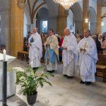 Die Priester singen gemeinsam mit den übrigen Gläubigen ... (© Herr Mag. Bernhard Wagner)