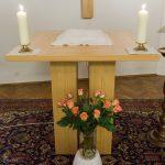 Der neue Altar in der Hauskapelle des Pfarrhofs mit Rosenstrauß für Pfarrer Mag. Engelbert Hofer anlässlich seines 75. Geburtstages (© Herr Mag. Bernhard Wagner).