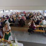 Blick in den Markussaal zu den versammelten Gästen vom Stiegenaufgang zum Pfarrkaffee (© Herr Mag. Bernhard Wagner).