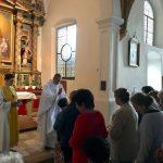 Andacht in der Markuskirche: Pater Josef spendet den Gläubigen ...