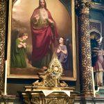 Die das Allerheiligste enthaltende Monstranz am Tabernakel des Herz-Jesu Altars.
