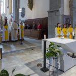 Der Festgottesdienst beginnt mit einem feierlichen Eröffnungsgesang (© Herr Mag. Bernhard Wagner).