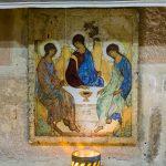 Ikone am Altar der Krypta (Alttestamentliche Dreifaltigkeit) (© Herr Mag. Bernhard Wagner).