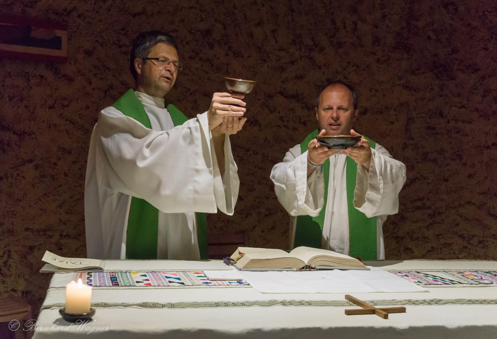 Doxologie beim Gottesdienst der Reisegruppe in der Krypta der Versöhnungskirche (© Herr Mag. Bernhard Wagner).