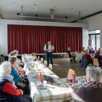 ... erzählt den zum Seniorennachmittag im Markussaal Versammelten ... (© Herr Mag. Bernhard Wagner)