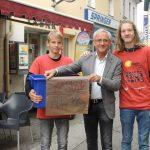 ... und zwei Burschen mit Bürgermeister Hans-Peter Schlagholz in der Wiener Straße (© Katholische Jugend Lavanttal).