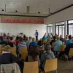 Frau Bruna Theiss begrüßt die Mitgliederinnen und Mitglieder des Singkreises MIRA ... (© Herr Mag. Bernhard Wagner)