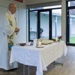 Pfarrer Mag. Engelbert Hofer am Beginn des Gottesdienstes für alle Verstorbenen der Seniorenrunde mit den Seniorinnen und Senioren im Markussaal (© Herr Mag. Bernhard Wagner).