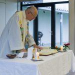 Der Pfarrer beim Tagesgebet (© Herr Mag. Bernhard Wagner).