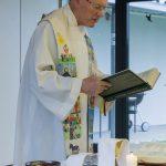 ... und Pfarrer Hofer verkündet sodann das Evangelium (© Herr Mag. Bernhard Wagner).