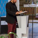 Diakon Jakob Mokoru, BEd gratuliert dem Jubilar (© Herr Mag. Bernhard Wagner).