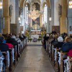 Blick durch den Mittelgang der Kirche in Richtung Volksaltar und Hochaltar (© Herr Mag. Bernhard Wagner).
