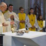 Der Pfarrer während der Präfation am Beginn des Eucharistischen Hochgebetes (© Herr Mag. Bernhard Wagner).