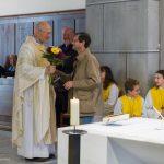 ... gratuliert Pfarrer Hofer (© Herr Mag. Bernhard Wagner).