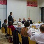 Pfarrgemeinderatsobmann Herr Klaus Penz gratuliert und überreicht ein Geschenk (© Herr Mag. Bernhard Wagner).
