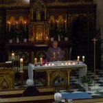 Pater Stattmann erhebt Kelch und Patene mit dem Leib Christi zur Doxologie am Ende des Hochgebetes (© Herr Mag. Bernhard Wagner).