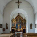 ... und Blick durch die Kirche zum Hochaltar mit dem Fastentuch im März 2019 (© Herr Mag. Bernhard Wagner).
