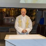 Pfarrer i. R. Mag. Engelbert Hofer am Beginn der Kinderchristmette beim Volksaltar (© Herr Mag. Bernhard Wagner).