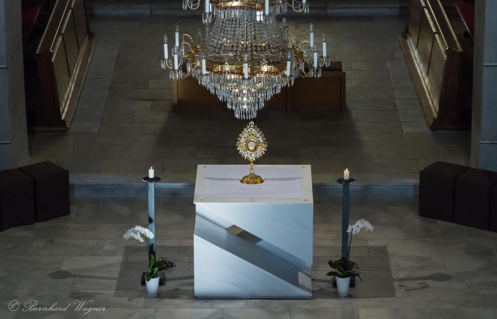 Die Monstranz mit dem Leib Christi, gesehen vom Chor (© Herr Mag. Bernhard Wagner).