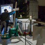 Jugendliche heften ihre Zettel an das Kreuz (© Herr Mag. Bernhard Wagner).