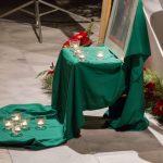Eine nähere Ansicht, die Teelichter am Boden sind symbolisch in Kreuzform angeordnet (© Herr Mag. Bernhard Wagner).