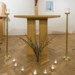 Altar der Hauskapelle mit Palmzweigen und Lichtern als Symbolik (© Herr Mag. Bernhard Wagner).