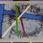 Kunstwerk von Frau Lisa Huber mit Kreuz, Dornenkrone und symbolischen Farbstreifen (© Herr Mag. Bernhard Wagner).