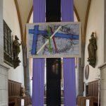 ... welches zusammen mit dem Kunstwerk als quasi Querbalken die Gestalt eines Kreuzes annimmt (© Herr Mag. Bernhard Wagner).