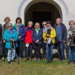 Gruppenfoto des Morgengebetskreises vor dem Portal der Kirche am Josefsberg (© Herr Mag. Bernhard Wagner).