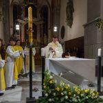 Eucharistiefeier: Bereitung der Gaben, Provisor Kranicki gibt hier den Wein in den Kelch (© Herr Mag. Bernhard Wagner).
