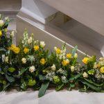 Prächtiges Blumengesteck unter anderem mit Rosen vor dem Volksaltar (© Herr Mag. Bernhard Wagner).