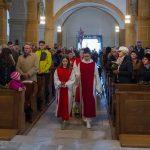 Einzug von Priester, Ministranten und weiteren Gläubigen in die Kirche (© Herr Mag. Bernhard Wagner).
